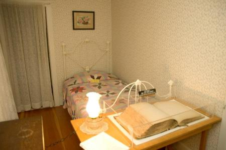 Mary's bedroom - Laura Ingalls Wilder Historic Homes De Smet SD